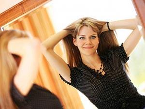улыбающаяся женщина у зеркала